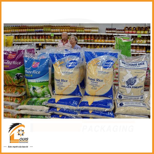 Bao bì gạo 5kg được trưng bày trong siêu thị