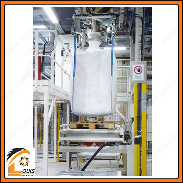 Bao jumbo có quai nâng được cố định bằng máy khi đóng hàng