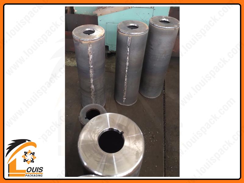 Lõi trục được sản xuất bởi thép ống hoặc thép tấm sẽ được mài và tiện phẳng